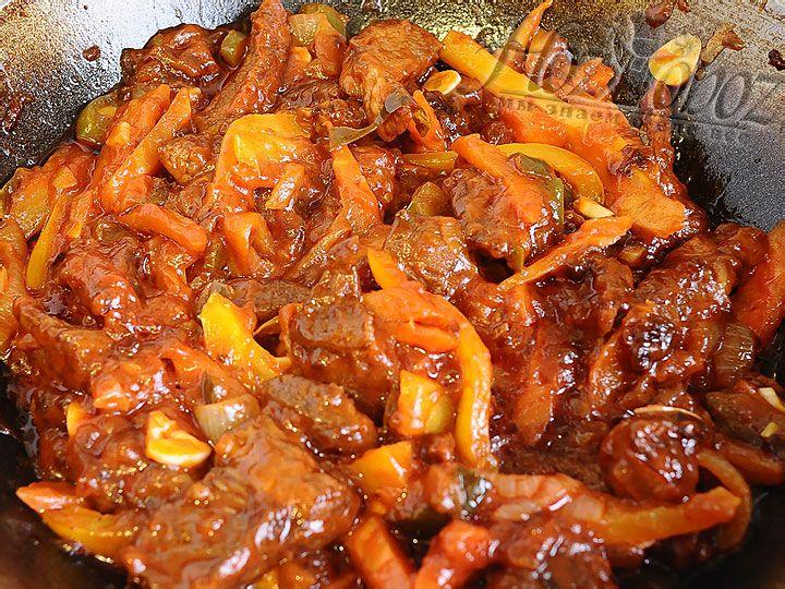 Следует соединить мясо с овощами и добавить несколько измельченных зубков чеснока