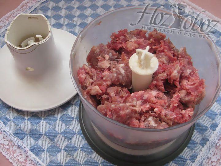 Готовим фарш из двух видов мяса, лука и чеснока