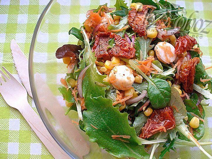 Теперь все тщательно перемешиваем и подаем салат к столу