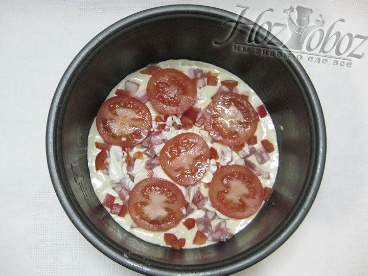 Нарезаем томаты и располагаем ее сверху