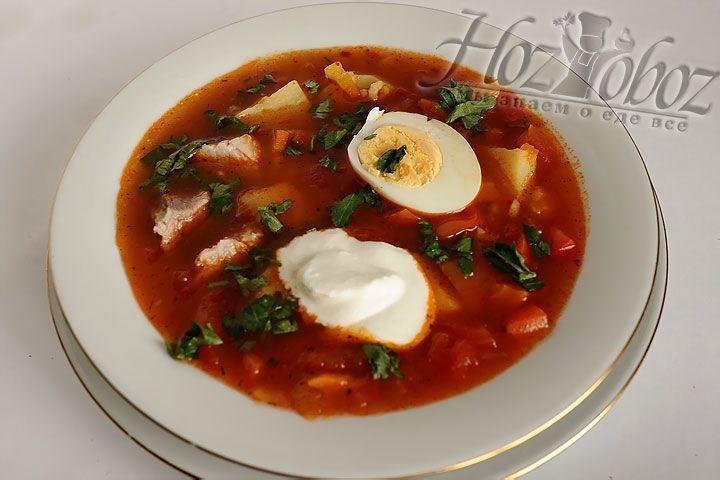 Подавать такой суп нужно с нарезанными вареными яйцами, сметаной и рубленной зеленью