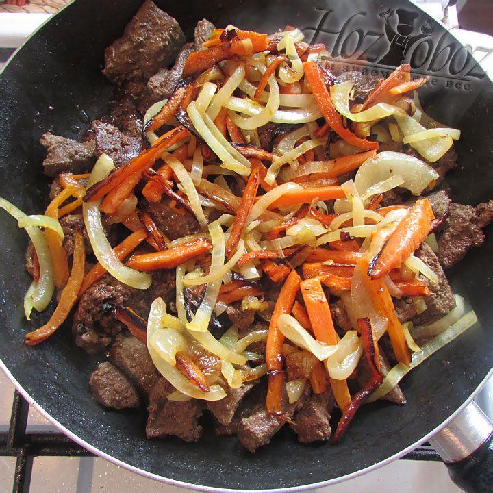 Когда содержимое обеих сковородок обжарится, соединяем овощи с печенью