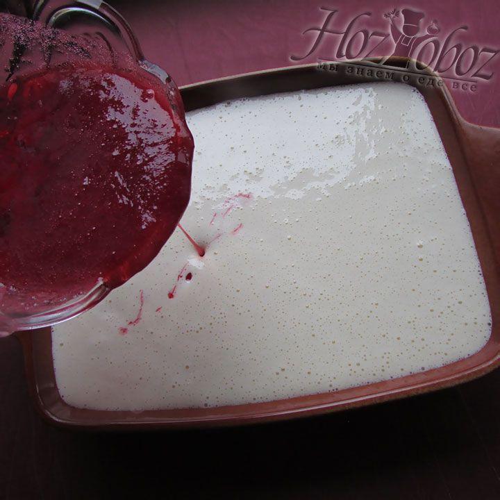 Наливаем малиновое варенье или любой сироп