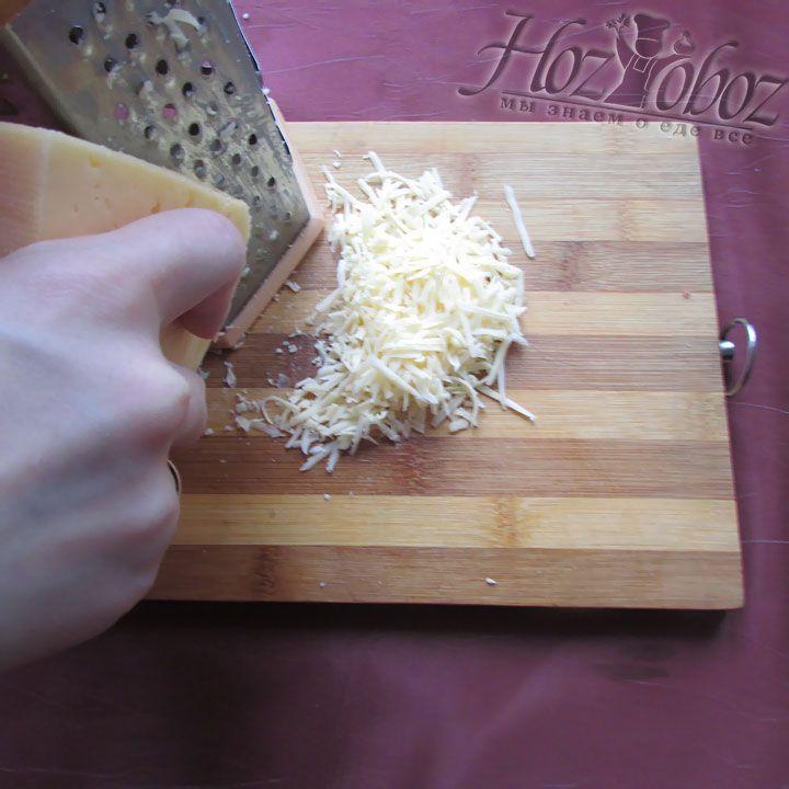 Ну и самое главное - натираем твердый сыр