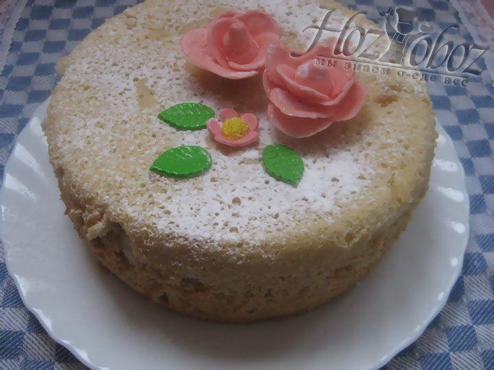 Чтобы превратить бисквит в торт, его необходимо остудить, разрезать на нужное количество корже и промазать  кремом