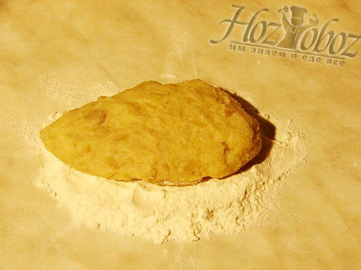 Из картофельного фарша формируем колобочки, придаем им форму овала и слегка приплюскиваем