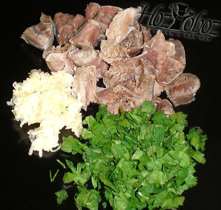 Пока варятся овощи мясо необходимо разобрать на порционные кусочки и нарубить зелень