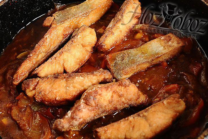 В соус выкладываем обжаренную рыбу