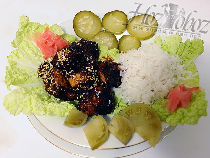 Для сервировки укладываем на терелку листья пекиснкой капусты, а на них помещаем курицу с соусом и белый рис. Отличным дополнением тут станут маринованные овощи, в том числе имбирь