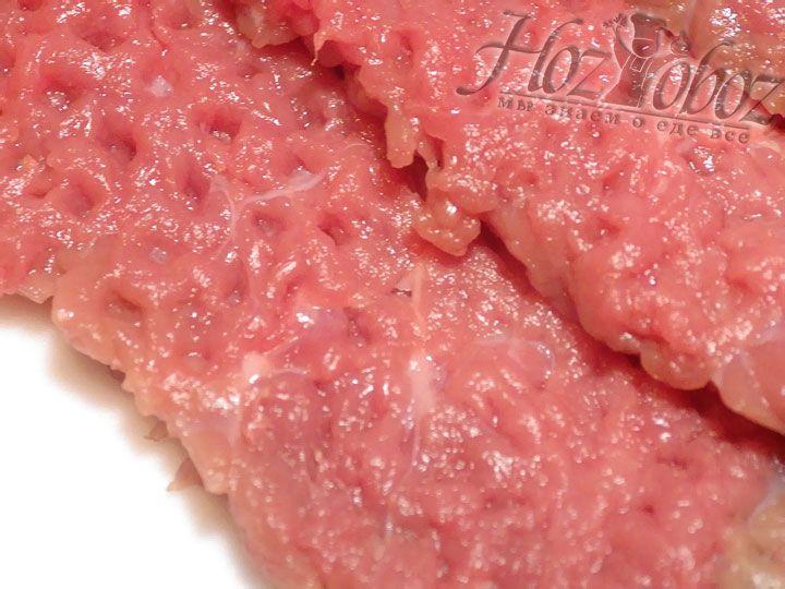 Прежде всего подготовим мясо. Для этого отбиваем говядину и формируем порционные кусочки правильной формы