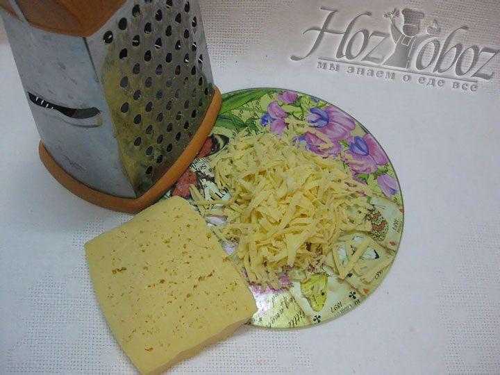 Натираем на терке твердый сыр и посыпаем сверху начинку