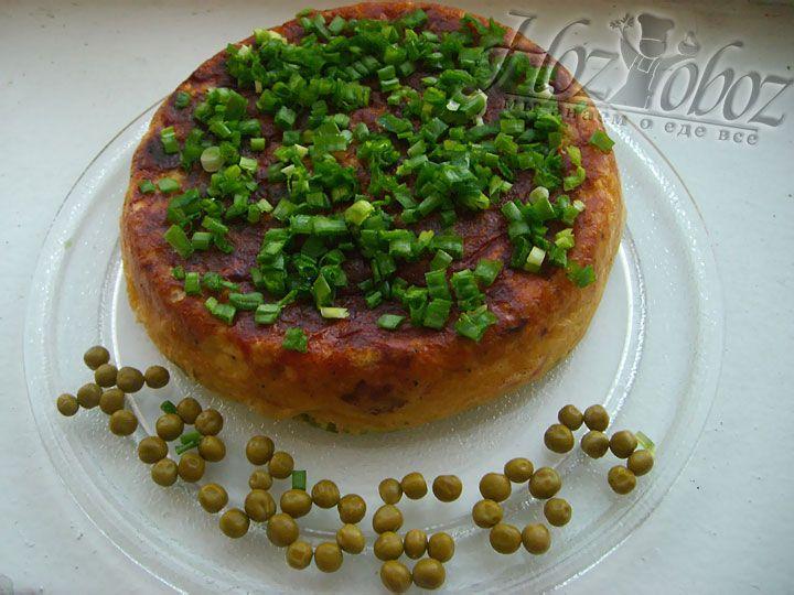 Как только блюдо приготовится, выкладываем его на блюдо, посыпаем оставшимся зеленным луком и подаем к столу