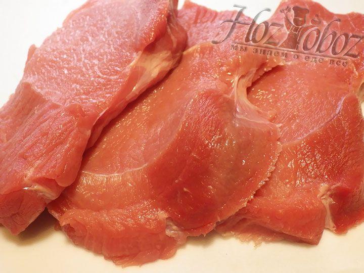 Прежде всего поработаем с говядиной и нарежем ее порционными кусками толщиной 2-3 см