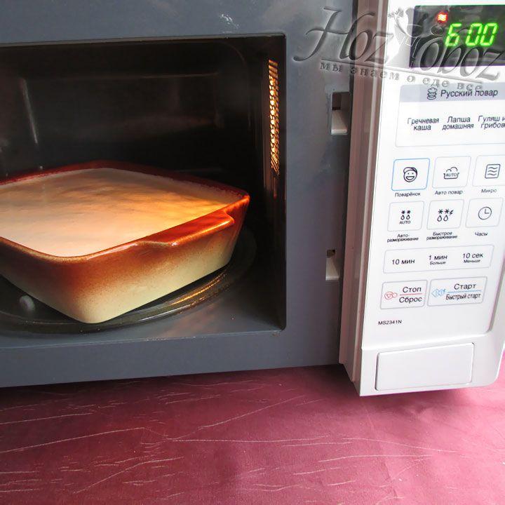 В микроволновой печи манник выпекают около 6 минут