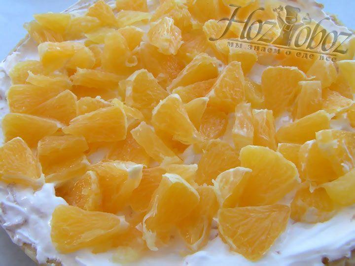 Теперь поверх яблок выкладываем тонкий слой белков, которые превратятся в безе, а сверху помещаем слой апельсиновых долек