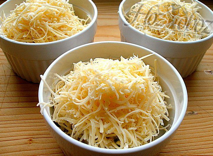 Каждый жульен следует обильно посыпать сыром