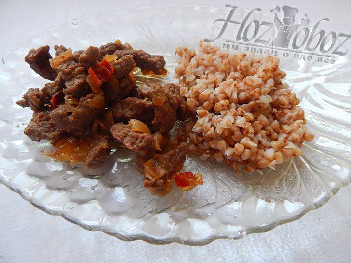 Подавать такое блюдо лучше всего с гарниром из гречки или овощей