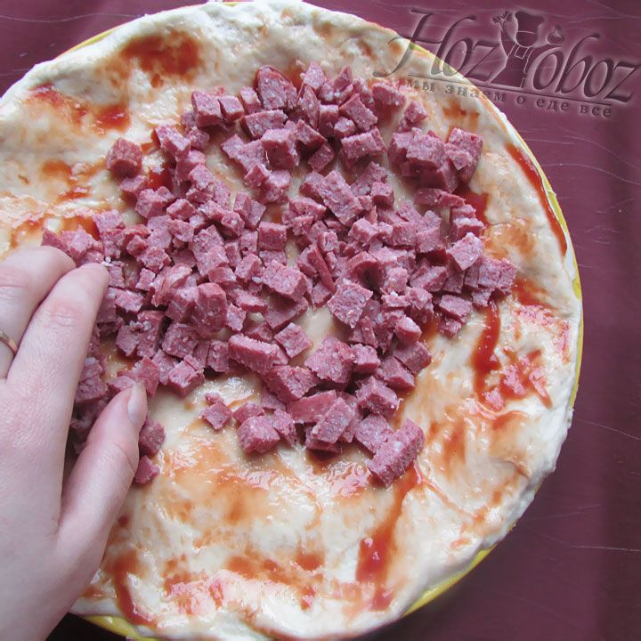 Теперь выкладываем колбасу