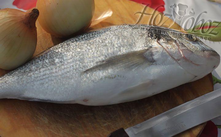 Подготовим все немногочисленные продукты: репчатый лук, тесто и рыбу