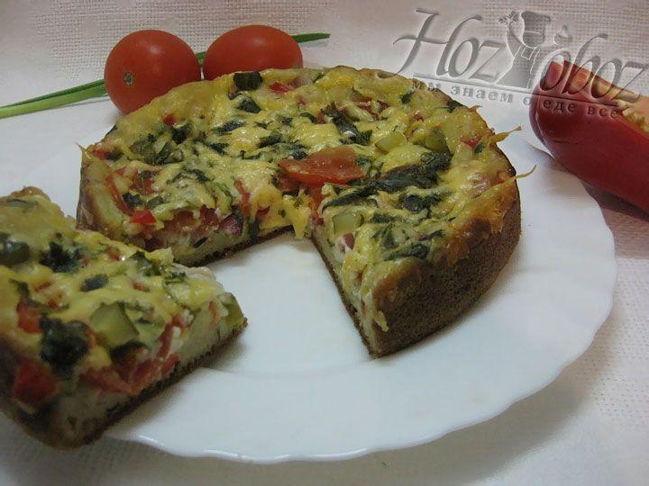 Подавать пиццу нужно горячей, разделив ее предварительно на порционные куски
