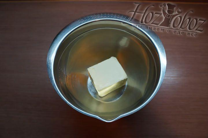 Масло нагреваем до комнатной температуры и выкладываем его в глубокую миску. Масло не должно растаять!