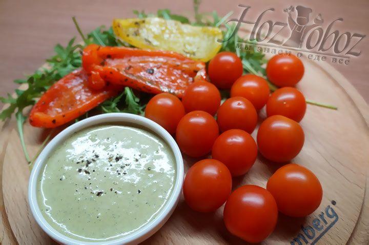 Вот и все - соус из грецких орехов, йогурта и базилика готов. Еще вкуснее он станет в тандеме со свежей зеленью и печеными овощами!