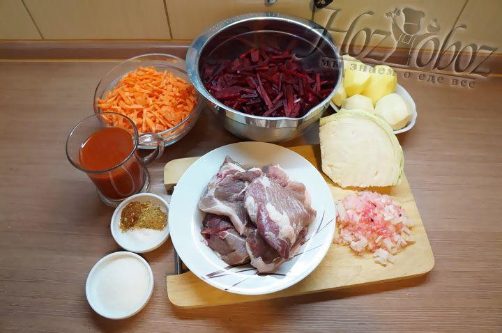 Вначале заготовим все необходимые продукты. Очистим, помоем и нарежем овощи