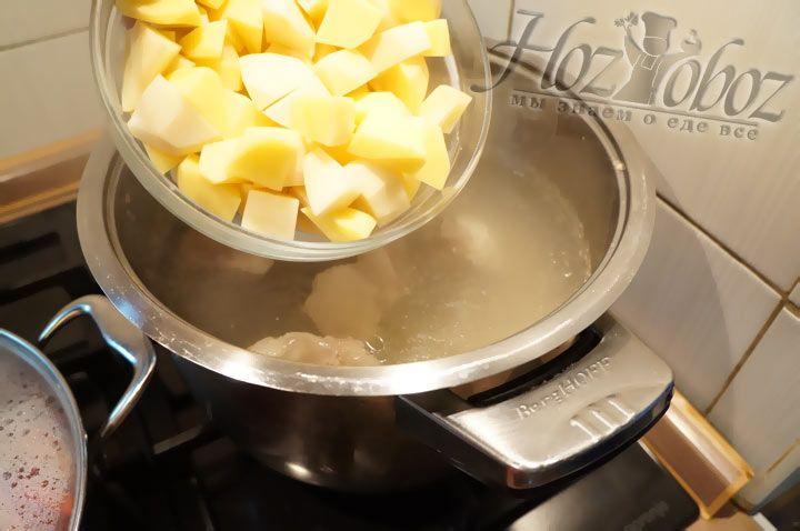 Картошку нарезаем кубиками и добавляем в кастрюлю с кипящим бульоном