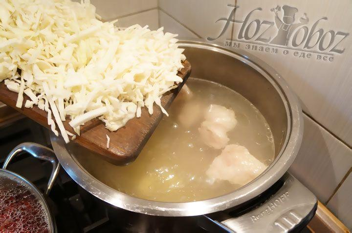 Теперь следует добавить нарезанную соломкой капусту