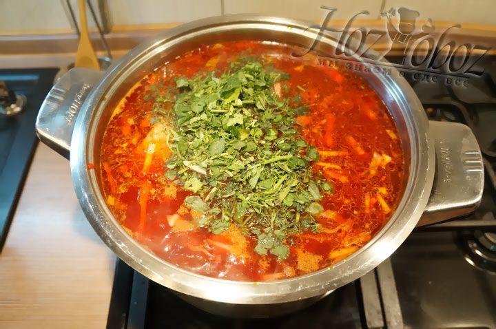 Добавляем мелко нарезанную зелень, а также соль и перец. Оставляем кипеть не менее 5 минут