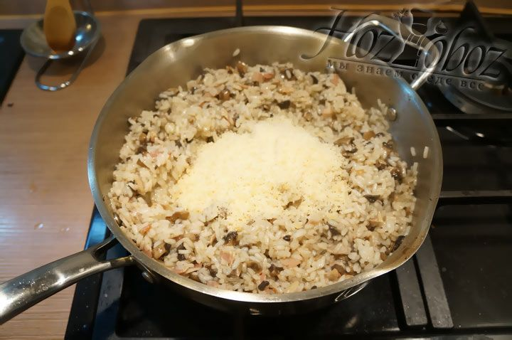 В готовый рис высыпаем пармезан и приправы и, снова наркыв крышкой, даем пропитаться около 3 минут