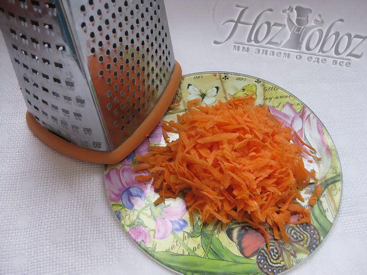 Для овощного сопровождения нарезаем кольцами репчатый лук, и натираем на терке морковь