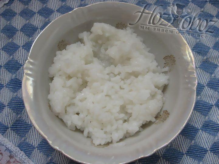 Рис необходимо промыть несколькол раз в холодной воде и отварить до состояния полуготовности
