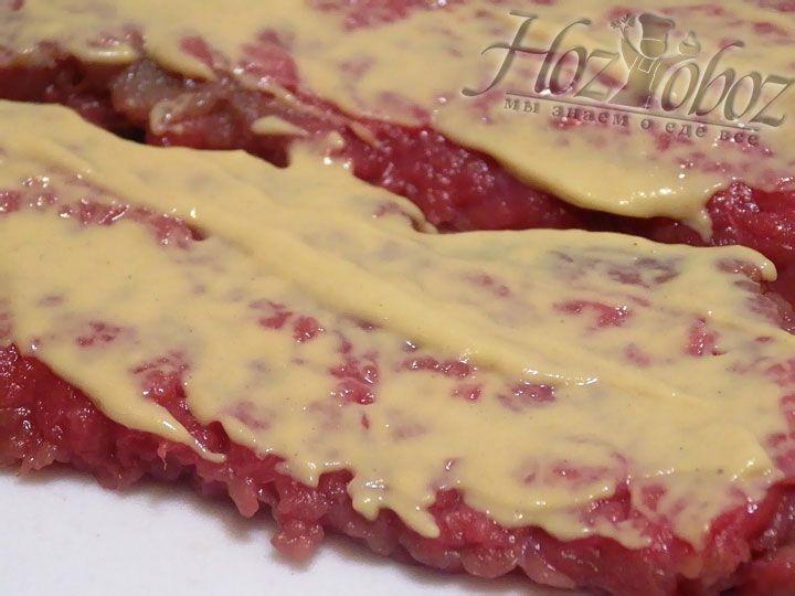 Чтобы не слишком нежное мясо говядины стало помягче смажем его горчицей и оставим мариноваться примерно ан 30 минут