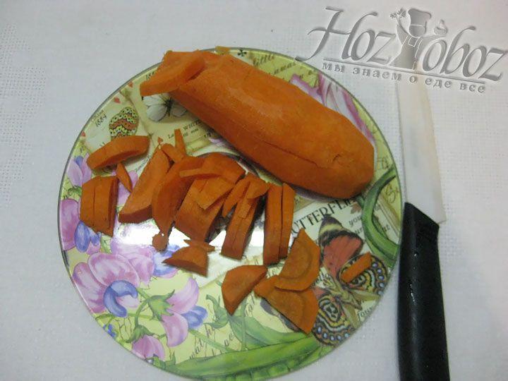 Чистим, моем и нарезаем полукольцами морковь