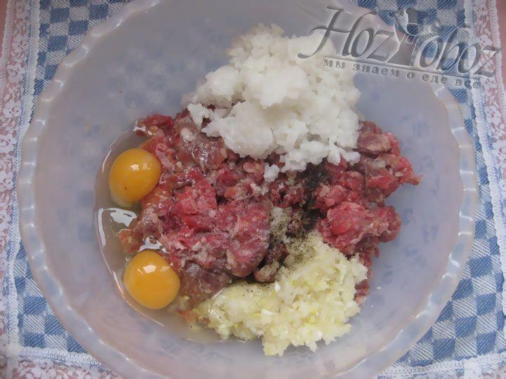 В миске смешаем мясной фарш, рис и яйца. Все размешаем и приправим солью и перцем