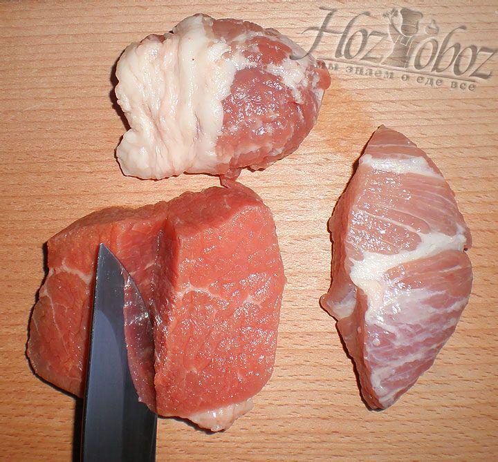 Для мясного фарша соединим равное количество свинины и говядины