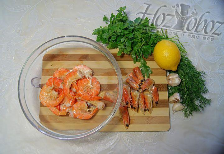 Складываем креветочки в глубокую посуду и приступаем к приготовлению нужного нам маринада.