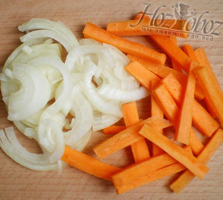 Лук режем полукольцами, а морковь соломкой