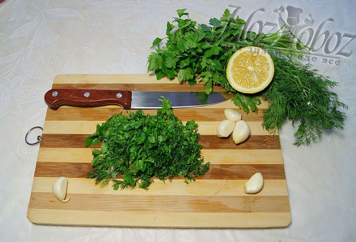 Для супер соуса, в котором впоследствии будут мариноваться креветочки, понадобится 3-4 зубчика чесночка, 5-6 веточек петрушечки и укропчика и половинка лимона. Прежде всего, нарезаем зеленушку и отправляем в мисочку.