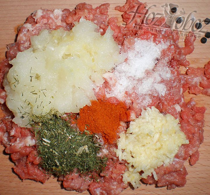 Не забываем добавить натертую луковицу, чеснок, а также соль и специи