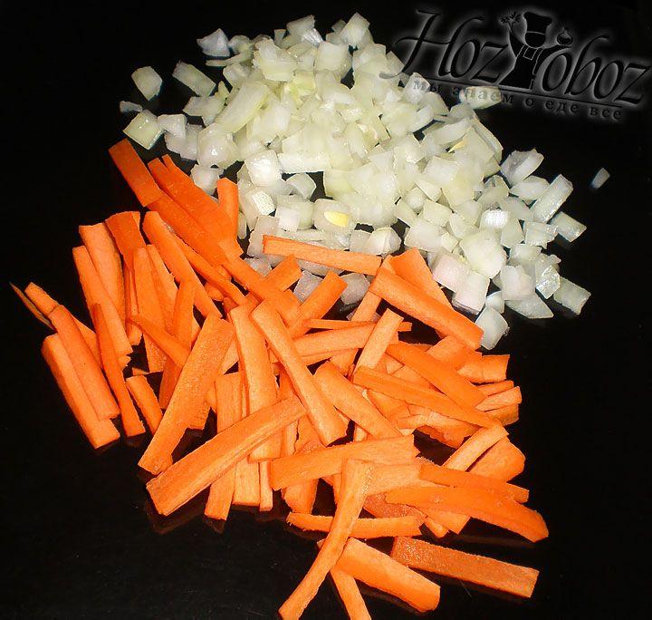 Тем временем вернемся к борщу. Начинаем варить фасоль на небольшом огне и парельно шинкуем лук кубиками, а морковь соломкой