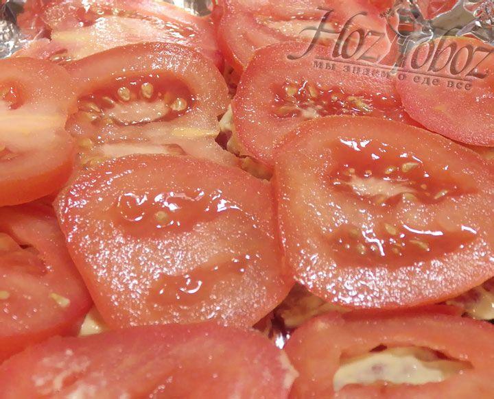 Теперь сверху на кусочки говядины, смазанные горчицей выкладываем ломтики томатов
