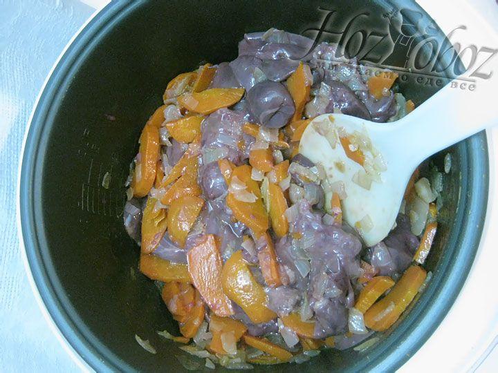 Вымоченную печенку вынимаем из молока, нарезаем кусочками и добавляем к овощам. Затем доабвляем немного воды и оставляем в режиме «Тушение » на 1 час