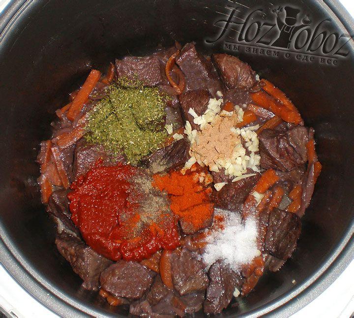 Как только от вина не останется жидкости добавляем томатную пасту, специи, соль и немного холодной воды. Затем устанавливаем прибор в режим «Тушение» на 1 час