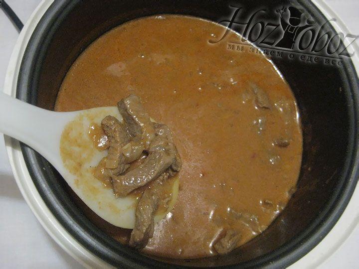 Как только соус будет готов выливаем его в чашу мультиварки к мясу и при необходимости добавляем лавровый лист. После чего гуляш следует перемешать и поставив прибор в режим «Тушение» оставить примерно на полтора часа