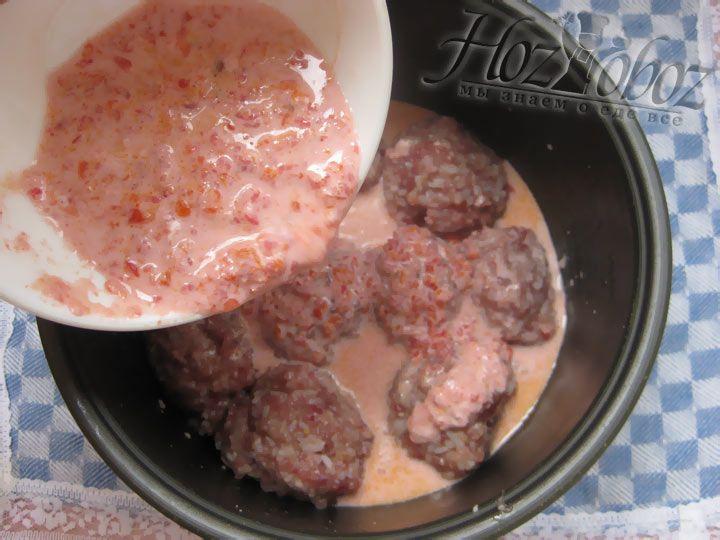 Полученным соусом, котороый мможно немного разбавить бульоном,  заливаем тефтели