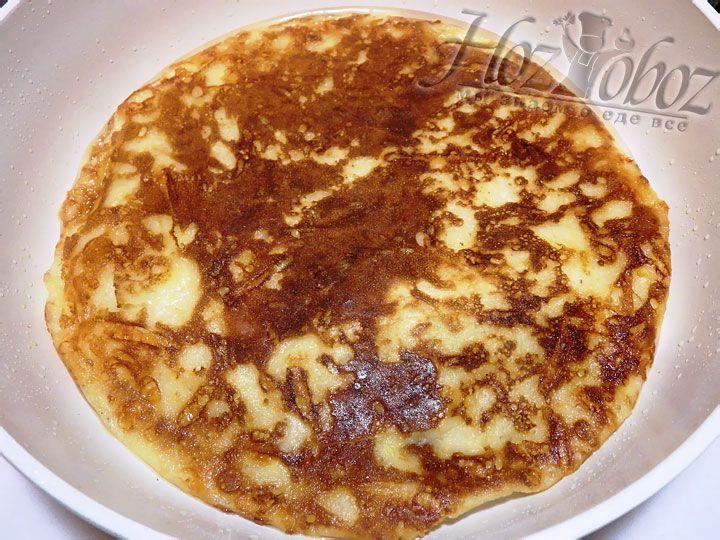 Теперь сковородку следует накрыть крышкой и поджарить сырную лепешку с одной стороны, а затем перевернуть