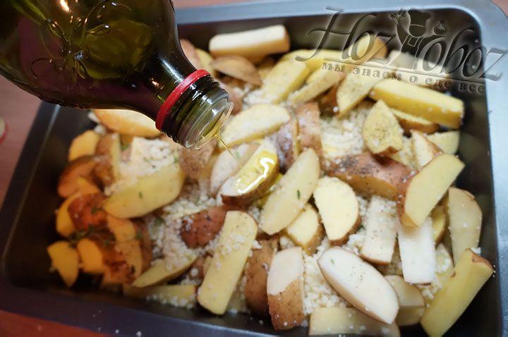 Наливаем в картошку с сыром и специями оливковое масло и все тщательно смешиваем