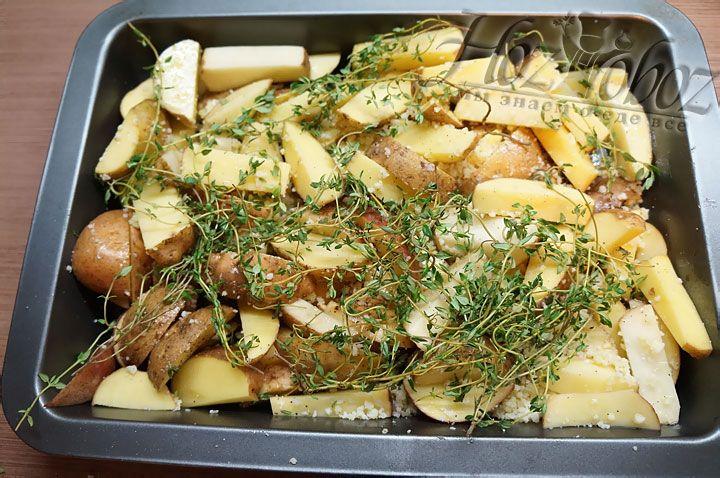 Сверху на картошку раскладываем свежий тимьян веточками